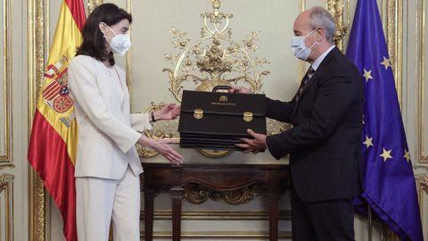 La nueva ministra de Justicia, Pilar Llop, recibe la cartera ministerial de manos de su antecesor, Juan Carlos Campo