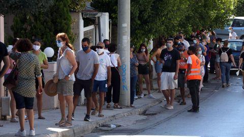 Ciudadanos atenienses, haciendo cola para realizarse una prueba para detectar el covid-19