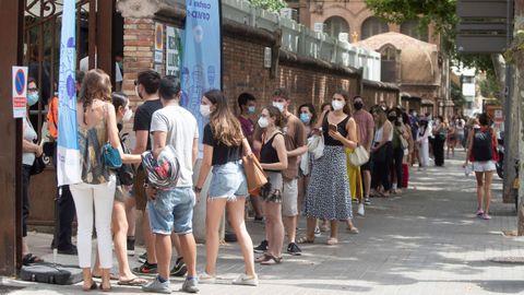 Colas para la vacunación de jóvenes en Barcelona