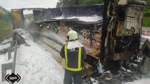 Incendio de un remolque en la A-8, a la altura de Ribadesella