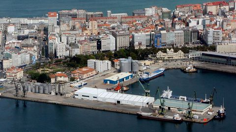El muelle de Calvo Sotelo, en primer plano, y el de Batería, situado detrás, con una nave azul y blanca casi en el centro, en una foto de archivo previa a la demolición de los silos. Ambos muelles suman más de 88.000 metros cuadrados, equivalente a ocho plazas de María Pita.