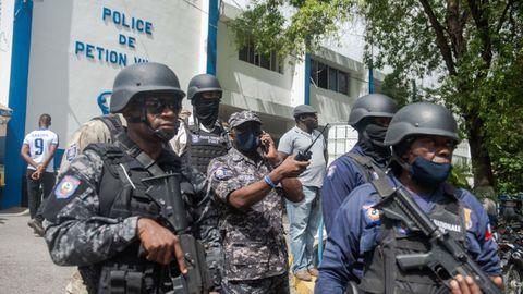 Policía haitianos custodiando la comisaría de Pétion Ville, donde permanecieron detenidos los primeros arrestados por el magnicidio de Moïse