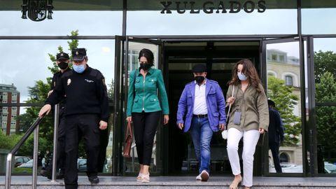 El sospechoso del crimen del Cash Record, saliendo de los juzgados, acompañado de su abogada (de verde) y escoltado por la policía