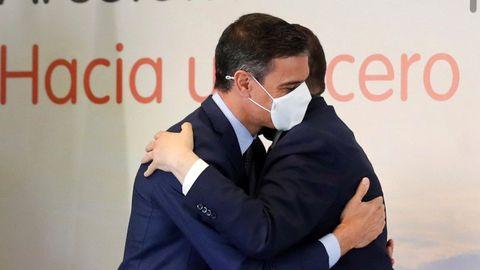 Abrazo del presidente del Gobierno, Pedro Sánchez, y el presidente del Principado de Asturias, Adrián Barbón