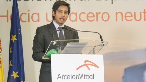 El consejero delegado de ArcelorMittal, Aditya Mittal, en la presentación de la hoja de tura de descarbonización de la fabricación de acero, en la factoría de ArcelorMittal
