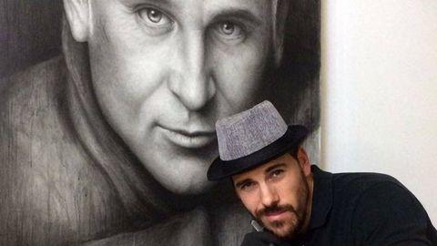 Paco posa con el retrato de Diego Suárez, presidente de Vin Doré 24 K que produce espumosos con polvo de oro