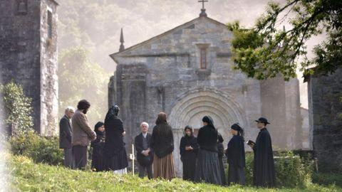 Filmación dunha escena de  A rabia  ante a coñecida igrexa románica de San Pedro Fiz de Hospital, no municipio do Incio