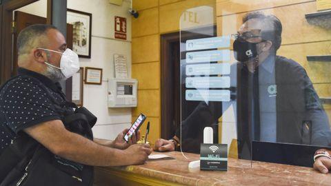 Un cliente en el servicio de recepción del hotel Suizo, en Ferrol, el jueves