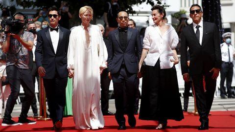 Juan Pablo Urrego, Tilda Swinton, Apichatpong Weerasethakul, Jeanne Balibar y Elkin Diaz, a su llegada al estreno de «Memoria» en Cannes.