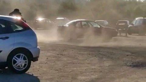 Fotograma del vídeo cedido por la Policía Local en el que se oberva al vehículo derrapando en la pista de tierra