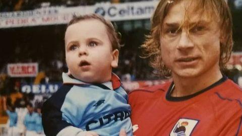 Javier, con Karpin en un Celta-Real Sociedad, es socio desde que nació