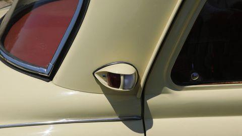 DETALLES ORIGINALES. El intermitente trasero lateral es uno de los rasgos identificativos del vehículo, que conserva el escudo original.