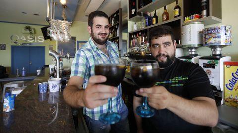 Diego y Alejandro, propietario del bar Oasis en A Peroxa