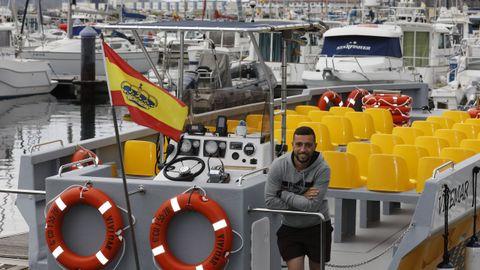 David Seijo en el puerto deportivo de Viveiro a bordo del barco Vivemar, construido en fibra y que en breve ofrecerá rutas diarias hasta el Fuciño do Porco