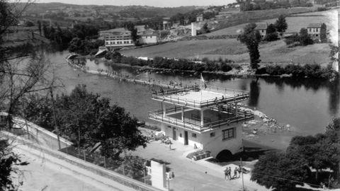 Vista del Fluvial cuando se estaba construyendo la piscina del caneiro