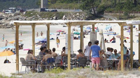 Terrazas llenas de bañistas en la playa de Raeiros (O Grove)