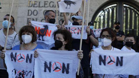 Protesta de plataformas contra los eólicos, convocada por Monfero di non, ante la Delegación del Gobierno en Galicia, en A Coruña, el jueves