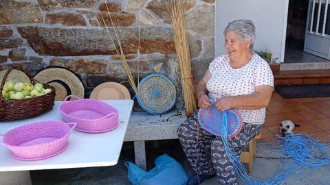 Sara Viña Rei, coñecida como Sara de Buiro, cesteira de Val do Dubra, con algunhas das súas creacións
