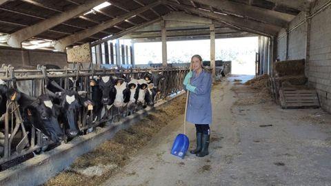 Teresa Carril Otero, na explotación de vacún de leite da que é cotitular en Ponteceso