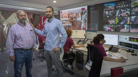 Manu Rial dirige desde el 2016 la firma Seguridade A1, que su padre Manolo Rial (junto a él en la foto) fundó en 1981 en Santiago. Fue hace 5 años cuando concentraron en Boisaca sus servicios, como el de la central receptora de alarmas.