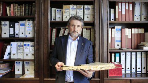 El abogado Javier Pérez Batallón en su despacho junto al archivo con toda la documentación encontrada de su familia
