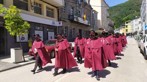 Los cofrades desfilaron por la travesía de Quiroga entre el Ayuntamiento y el auditorio municipal
