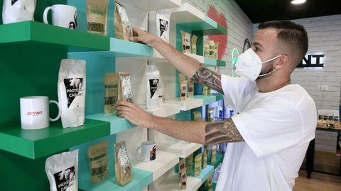 Juan Aceitores, en su tienda Joynt de Lugo
