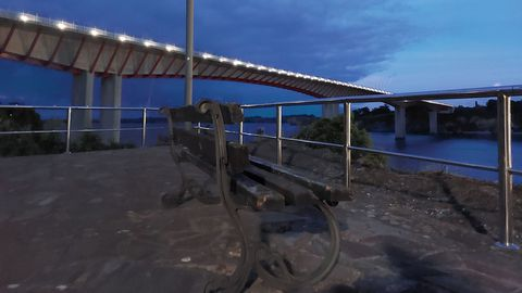 Un banco en San Miguel con  vistas al puente dos Santos