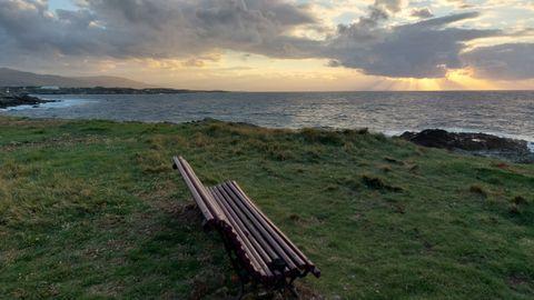 Desde Punta da Cruz en Castropol, se ve gran parte de la costa de A Mariña y Asturias