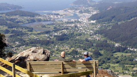 El banco instalado en O Castelo nos regala unas extraordinarias vistas de todo el valle con Viveiro al fondo