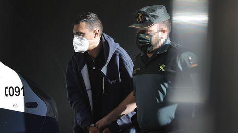 Uno de los encarcelados por el crimen de Samuel, durante el traslado al juzgado este viernes.