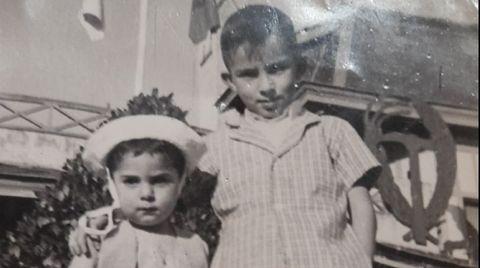 Carlos y Lino, con el escudo del Sindicato Vertical que había en el exterior de las viviendas