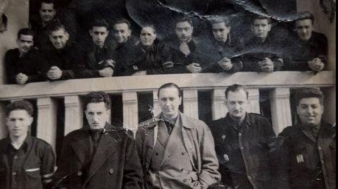 El padre de los Gómez Lametas, en lo alto a la izquierda, durante su época de intendente y la casa era utilizada por el Sindicato Vertical y para cursos