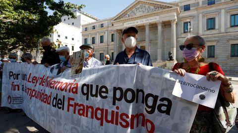Miembros de asociaciones memorialistas y en favor de la memoria histórica se han concentrado este domingo, 18 de julio, en las puertas del Congreso para reclamar una condena al franquismo.