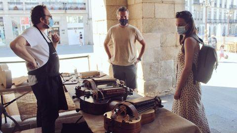 Rubén Arroxo, teniente de alcalde de Lugo, junto a Olalla Rodil, diputada del BNG en el Parlamento, observando una de las piezas de la Mostra de Vellos Oficios Artesáns