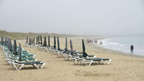 Jornada de domingo con niebla en la playa de A Lanzada