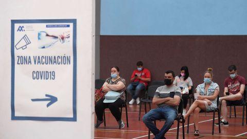 Varias personas esperan por si surge alguna reacción adversa tras ser vacunadas contra el Covid en Avilés, Asturias