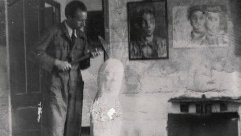 Laxeiro, traballando no seu estudio nunha imaxe dos anos trinta do século pasado.