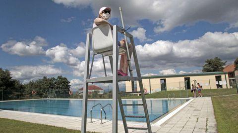 Las piscinas municipales de Sober -en foto de archivo en la imagen- reabrieron sus puertas la semana pasada