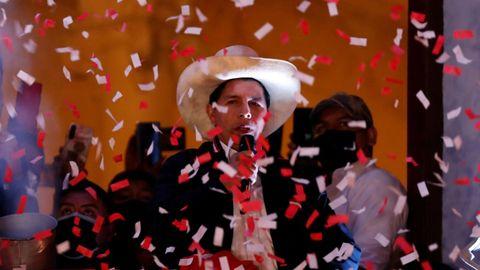 Pedro Castillo habla ante sus simpatizantes después de ser proclamado presidente electo de Perú