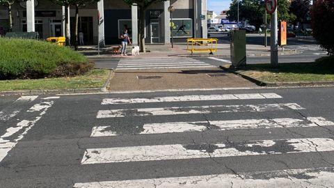 Paso peatonales desgastado en la avenida de Esteiro