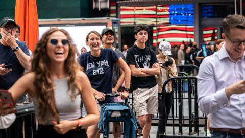 Gente observando el despegue del billonario americano y sus tres compañeros de equipo