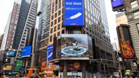 Pantalla en Times Square, Nueva York, proyectando el viaje espacial