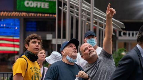 Gente observando el despegue inaugural del Blue Origin, en Nueva York