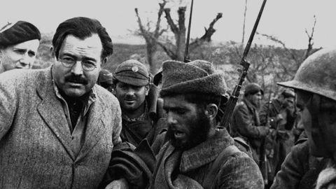 Ernest Hemingway en el frente de Teruel durante la Guerra Civil española.