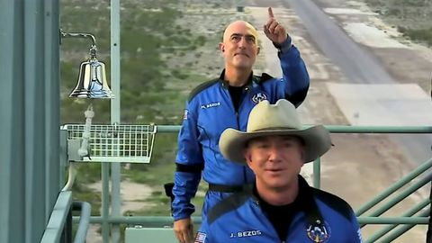Jess Bezos y su hermano, Mark Bezos, antes del despegue