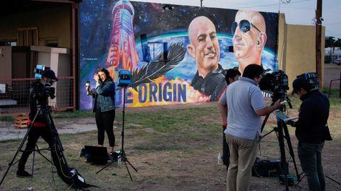 Periodistas frente al mural