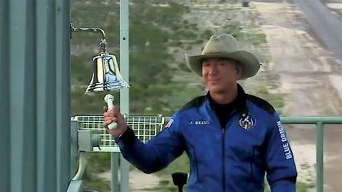 Jeff Bezos haciendo sonar una campana, antes de subirse al Blue Origin