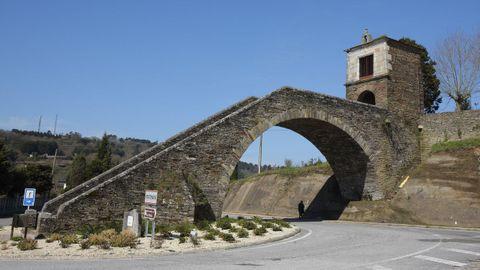 Puente de Portomarín y capilla de la Virxe das Neves