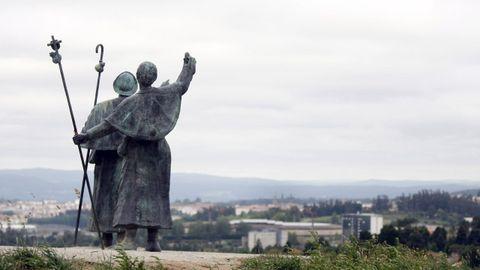Estatua de los dos peregrinos en el Monte do Gozo